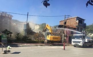 Ebu İshak'ta metruk binalar yerle bir