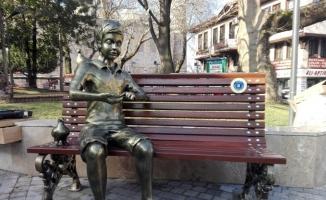 """""""Kitap Okuyan Kız' heykeli kütüphane önüne konulacak"""