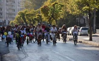 Bursa'da 'süslü kadınlar' pedal çevirdi.