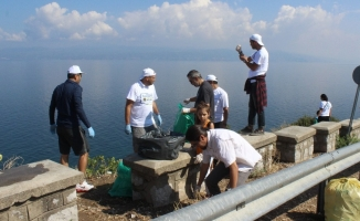 Çöplüğe dönen Mudanya'yı gönüllüler temizledi