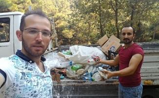 Piknik yapmaya gittiler, dayanamayıp çöp topladılar