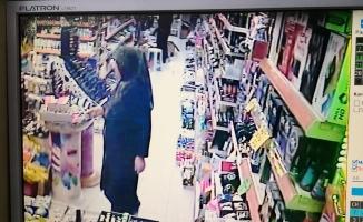 Alışverişe gelen kadın rafta unutulan para ve çekleri çalıp gitti