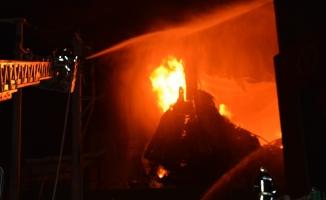 Bursa'daki fabrika yangınına 50 itfaiye aracı ile 150 itfaiyeci müdahale ediyor