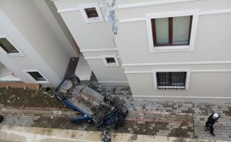 Otomobil 5 metreden apartman boşluğuna düştü: 1 yaralı