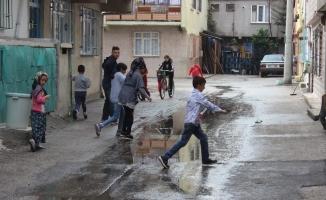 Sokağı kanalizasyon suyu bastı