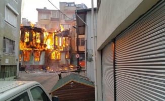 Bursa'da tarihi çarşıdaki ahşap bina alev alev yandı...