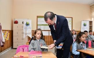İnegöl Belediyesi 121 öğrenciye kitap dağıttı