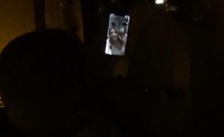 Pascal Nouma sahnede sevgilisi ile görüntülü sohbet etti