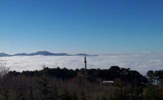 Uludağ eteklerinde sis köyü kapladı, muhteşem manzara ortaya çıktı