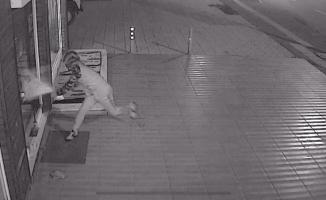 (ÖZEL) Hırsızı canından bezdiren kırılmayan kapı güvenlik kamerasında
