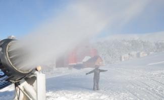 (Özel) Uludağ'da pistlerdeki kar kalınlığı suni kar ile yükseltildi
