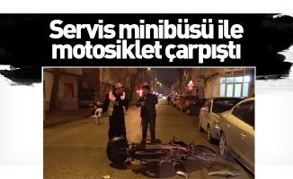 Servis minibüsü ile motosiklet çarpıştı