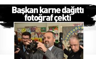 Başkan karne dağıttı, fotoğraf çekti