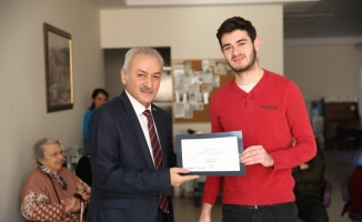 Huzurevi sakinlerine ücretsiz saç bakımı yapan öğrencilere ödül