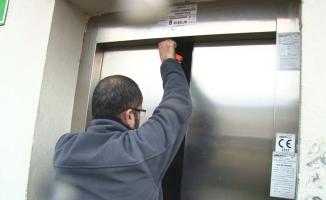 (Özel) 3 genç mahsur kaldıkları asansörde yarım saat kurtarılmayı bekledi