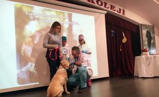 Veterinerler okulları dolaşarak öğrencilere hayvan sevgisi aşılıyor