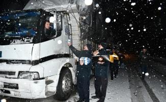 Yolda kalan sürücülerin yardımına İnegöl Belediyesi koştu