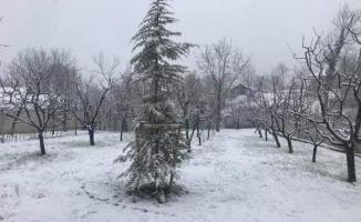 İnegöl'ün yüksek kesimlerinde kar yağışı etkili oluyor