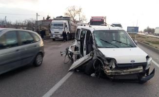 Kamyona çarpan ticari araçta can pazarı: 1 yaralı