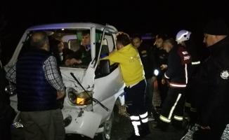 İtfaiye aracına kamyonet çarptı, sürücüyü ekipler kurtardı