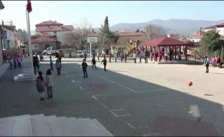 Okulda İstiklal Marşı okundu, minik öğrenciler her şeyi bıraktı