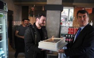 (ÖZEL)Mustafa Dündar'a esnaftan doğum günü sürprizi