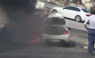 (Özel) Seyir halindeki otomobil alev alev yandı