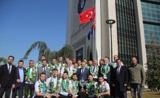 Kupayı Bursa'ya getirdiler, başkan onları kapıda karşıladı...