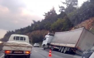 Tır kazası trafiği kitledi