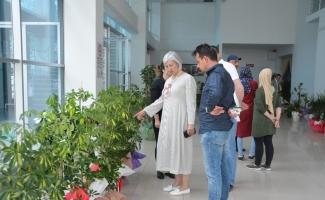 Belediye başkanına gelen çiçekler satıldı