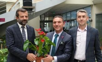 Belediye Başkanına gelen tebrik çiçekleri, ihtiyaç sahiplerine yardıma dönüştü