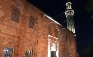 Hafta sonunu fırsat bilen Bursalılar sabah namazında Ulu Camiye akın etti