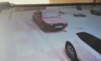 Otomobil ile motosiklet çarpıştı, kaza anı kameraya yansıdı