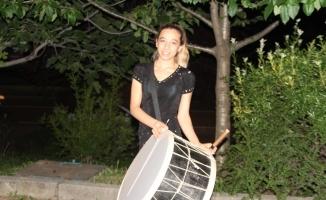 (ÖZEL) - Bursalılar sahura kadın davulcuyla uyanıyor