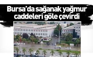Bursa'da sağanak yağmur caddeleri göle çevirdi