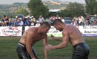 İkiz güreşçiler başpehlivanlık için el bağladı