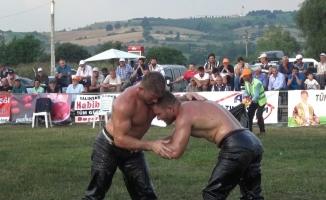 İkiz güreşçiler başpehlivanlık için kapıştı