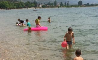Karnelerini alan çocuklar İznik gölüne koştu