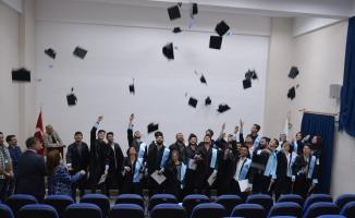 Mezun olanın işsiz kalmadığı okulda mezuniyet sevinci