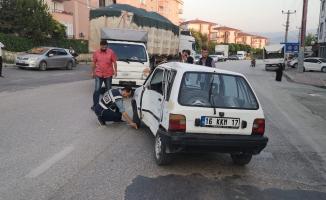 Kamyonet ile otomobil çarpıştı 3 yaralı