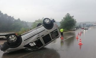Yağmurlu yolda direksiyon hakimiyetini kaybetti ölümden döndü