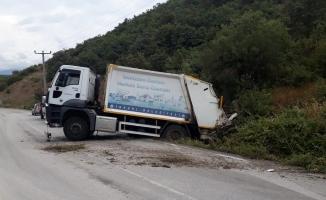 Çöp kamyonu tarlaya girdi 2 yaralı