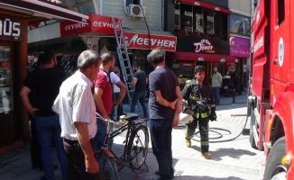 Kapalı çarşıda korkutan yangın