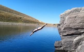(Özel) Uludağ'ın göllerinde kışın yürüdüler, yazın yüzdüler