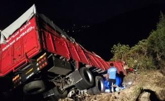 Patates yüklü kamyon uçuruma yuvarlandı: 1 ölü