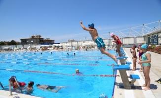 Yüzmeyi sevenler Nilüfer'in havuzlarına akın ediyor