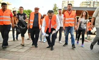 Belediye başkanı çöp topladı 'kentimizi temiz tutalım' mesajı verdi