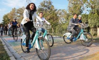 Belediye personeli, çevreci ulaşıma dikkat çekmek için pedal çevirip yürüdü