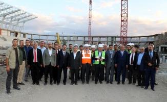 Binali Yıldırım, Erzincan'da yapımı süren stat ve hastanede incelemelerde bulundu