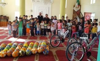 Çiçekdağı ilçesinde Kur'an kursu öğrencilerine bisiklet ve top hediyesi
